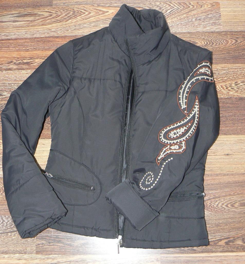 Куртка с вышивкой на рукавах