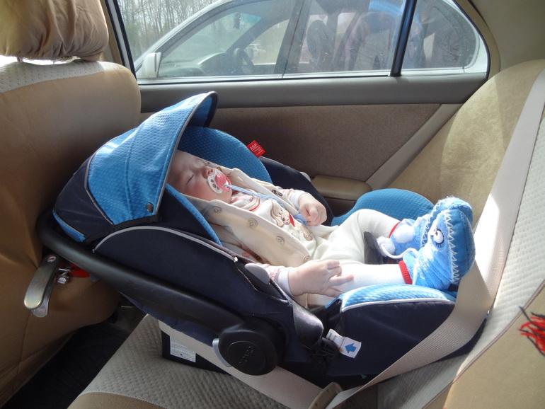 Не вредно ли сажать новорожденного в автокресло 42