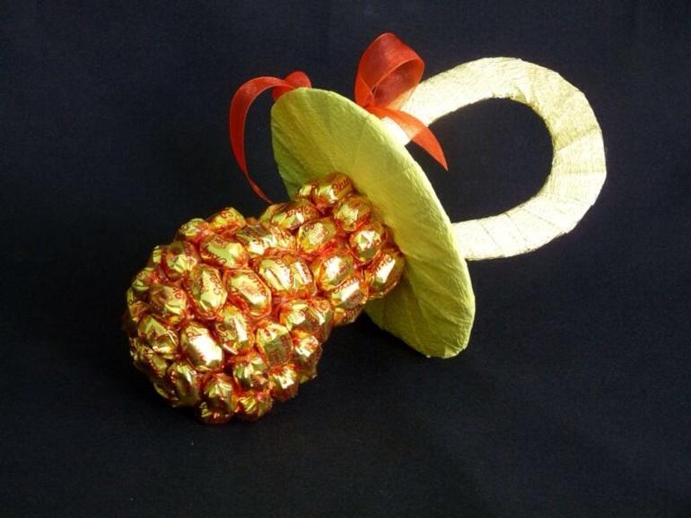 Подарок девушке своими руками из конфет