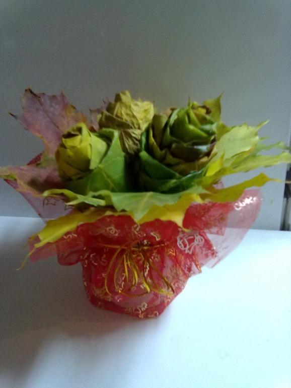 розы из кленоых листьев