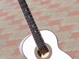 Продам беленькую настроенную гитару