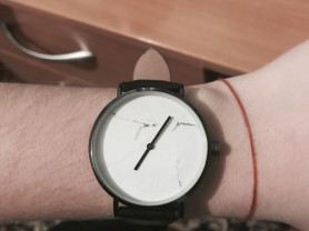 часы с фоном под мрамор