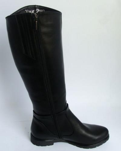 Черные кожаные сапоги с перетяжкой.