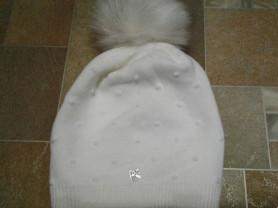 Новая белая шапка с помпоном