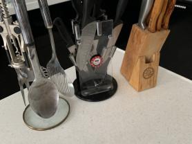 3 набора ножей и столовые приборы.