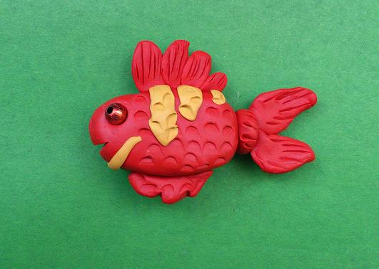 Яркая рыбка из пластилина