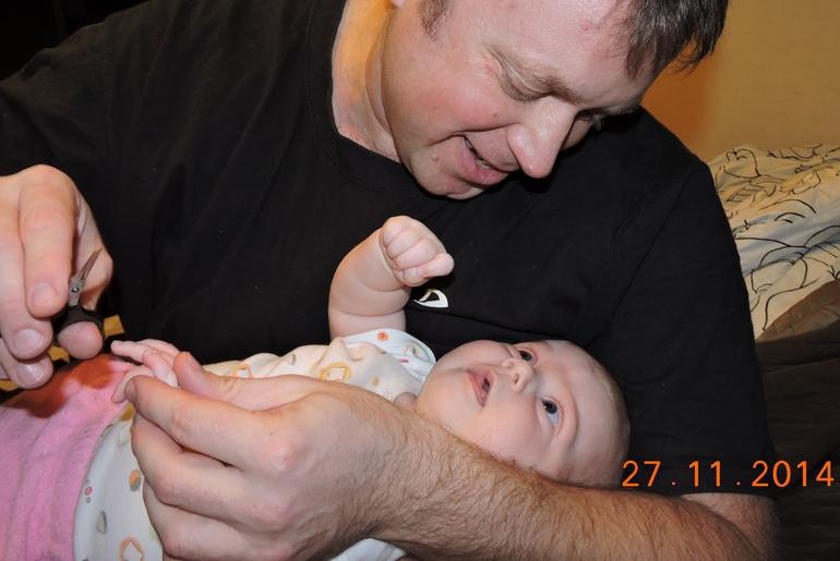 дочь моет папу