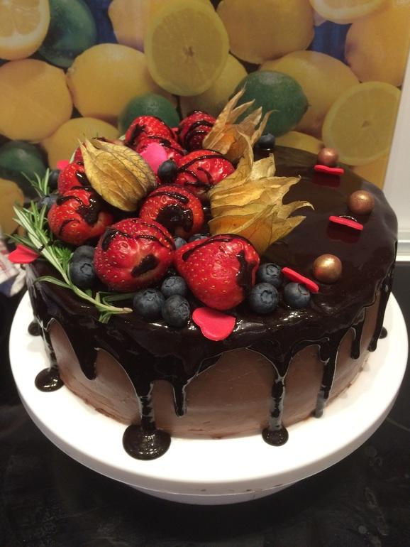 Фото именинника с тортом