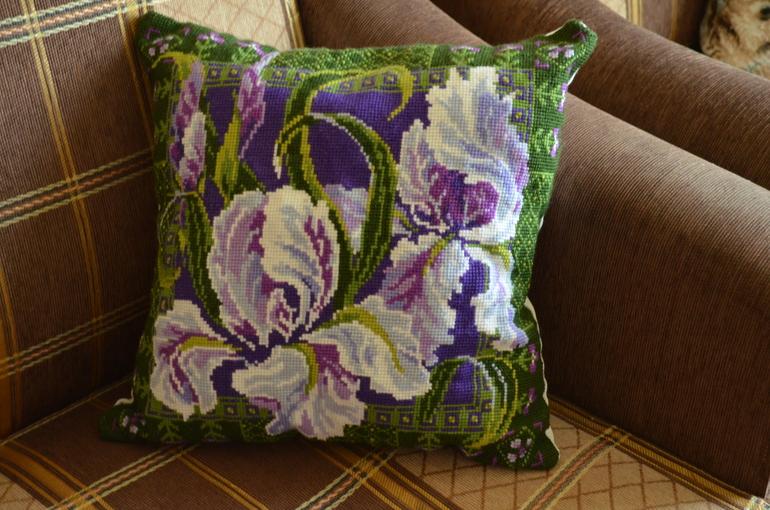 Подушка с ирисами вышивка