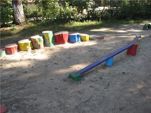 Детская площадка своими руками из пеньков фото