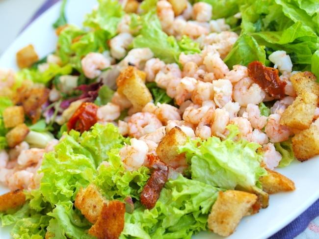Салат с креветками и салатом и сухариками