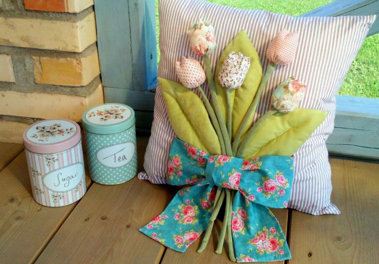 Подушка с тюльпанами из ткани