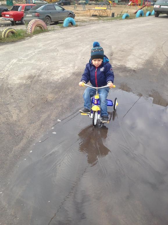 Егорка научился кататься на велосипеде!