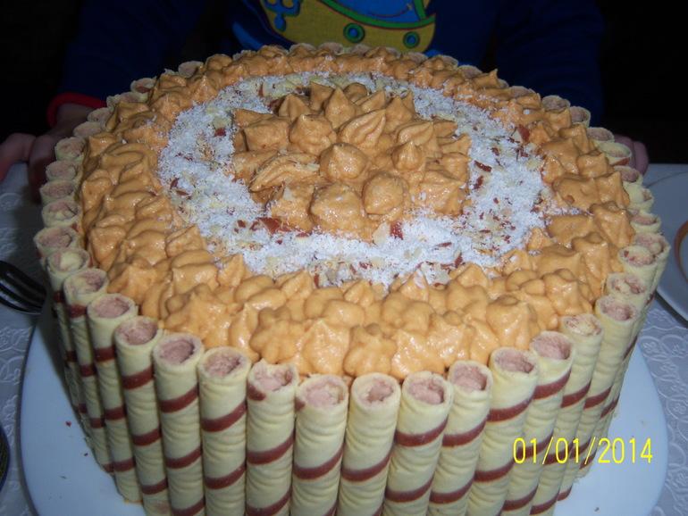 Тортик с вафельными трубочками..