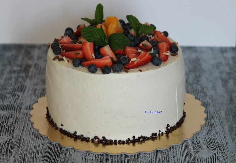 Бисквитный торт с фруктами и сливочным кремом