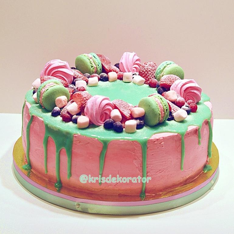 Торт украшенный глазурью
