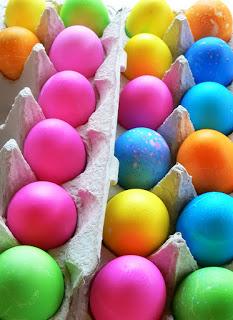 Окрашивание яиц к пасхе натуральными красителями.