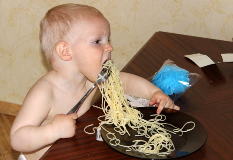 Как ест Мирос в свои 1,5-1,6