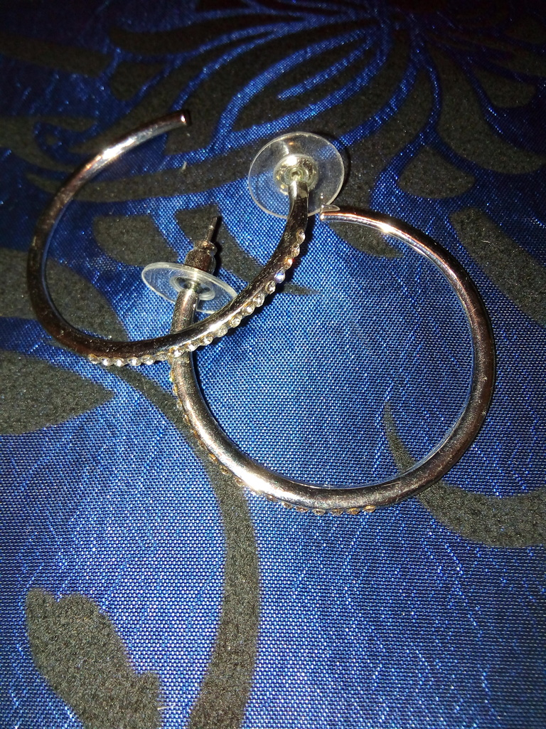 Серьги кольца с камнями так и не одеванны