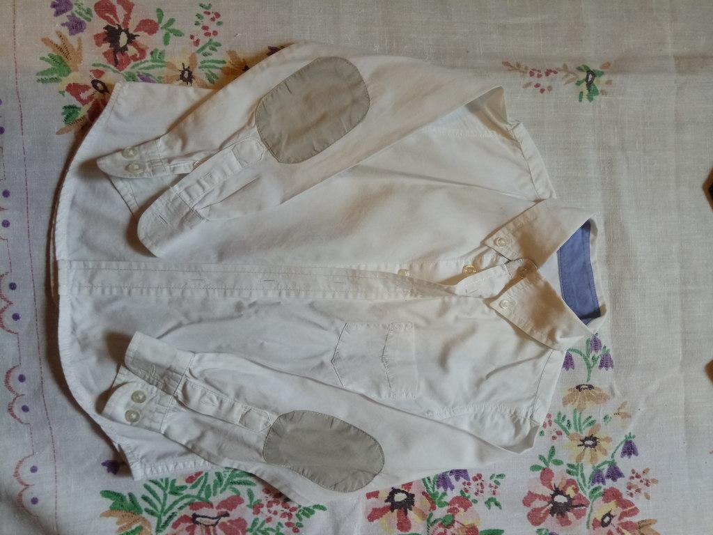 Белая рубашка и классические серые брюки для мальч