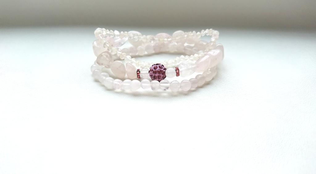 Тройной браслет из розового кварца