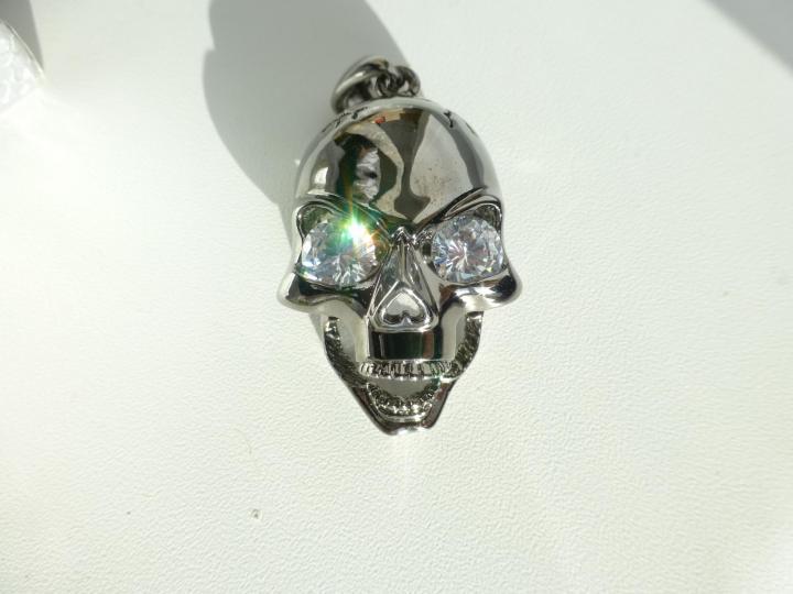Кулон/подвеска в виде черепа с вставками Swarovski