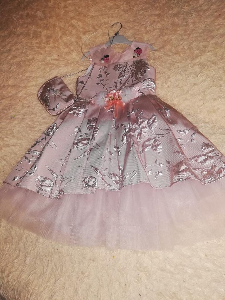 Платье праздничное, новое.