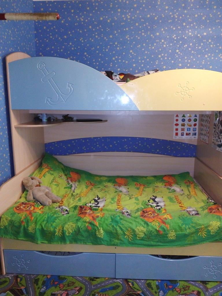 Продаю кровать двухярусную,гардероб и стол