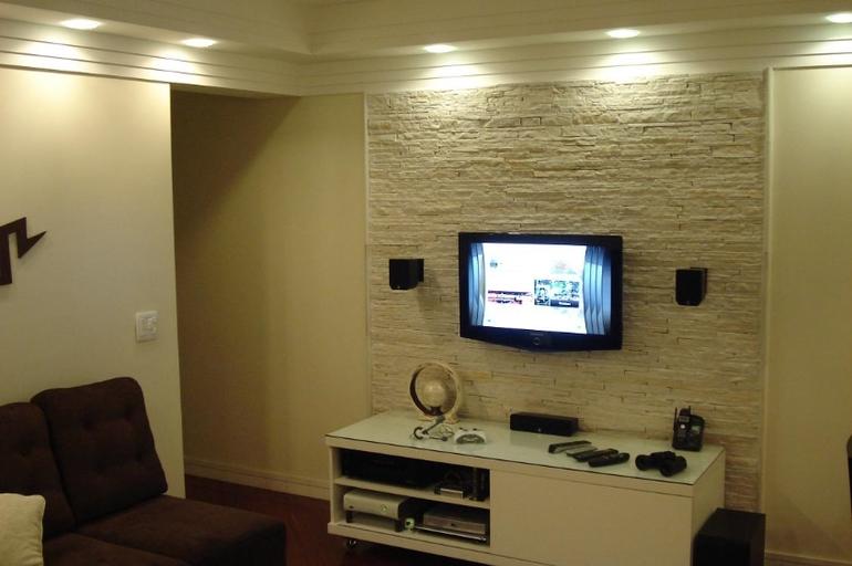 Камень на стене под телевизор