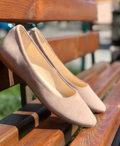 Замшевые балетки с заостренным носком.
