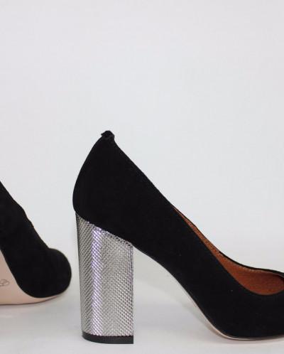 Замшевые элегантные туфли на серебряном каблучке.