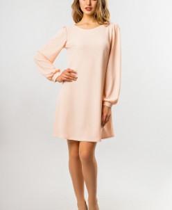 Персиковое платье со сборками на плечах