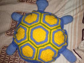 Подушка-черепаха вязаная крючком.
