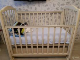 Деревянная кровать с маятником