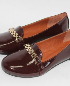 Лаковые туфли цвета бордо.