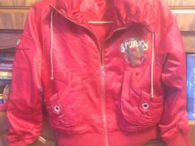 Красная детская курточка
