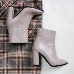 Ботинки на каблуке из темно-бежевой кожи.