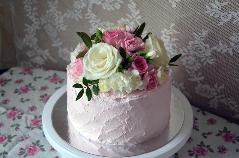 Какими цветами можно украсить торт