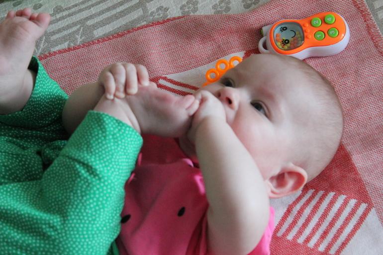 Картинки по запросу ребенок тянет в рот ноги
