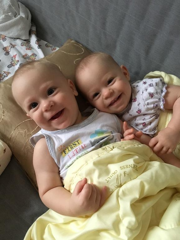 Открытка 5 месяцев двойняшкам, днем голубых глаз