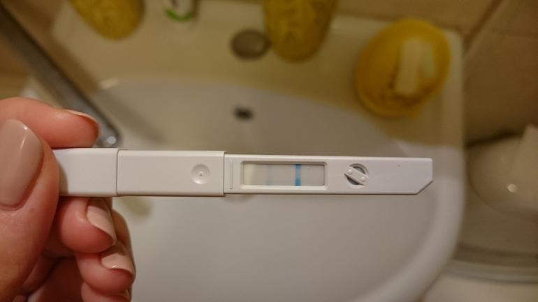 тест на беременность 2 полоски фото в руках
