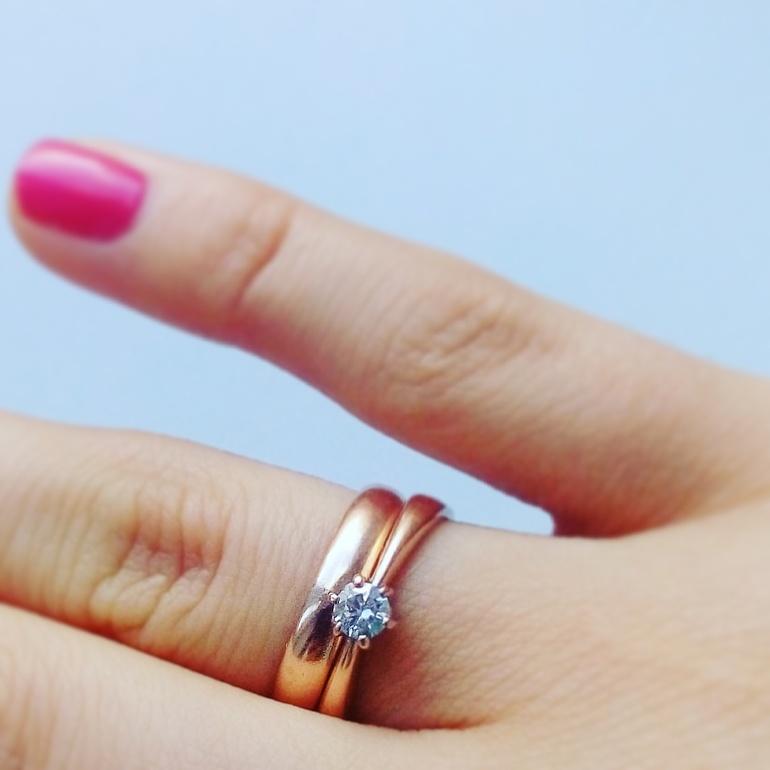 обручальное кольцо вместе с помолвочным